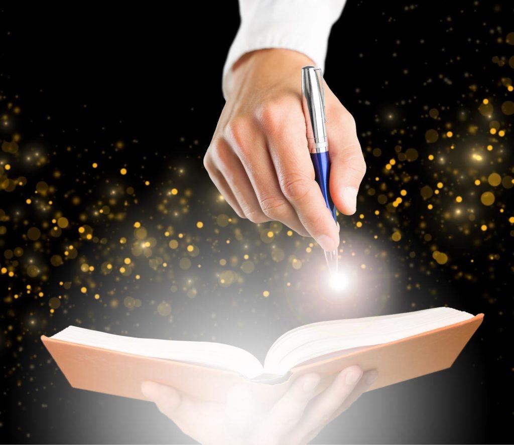 Une personne tend un livre pour qu'un écrivain public et biographe puisse y écrire son histoire.